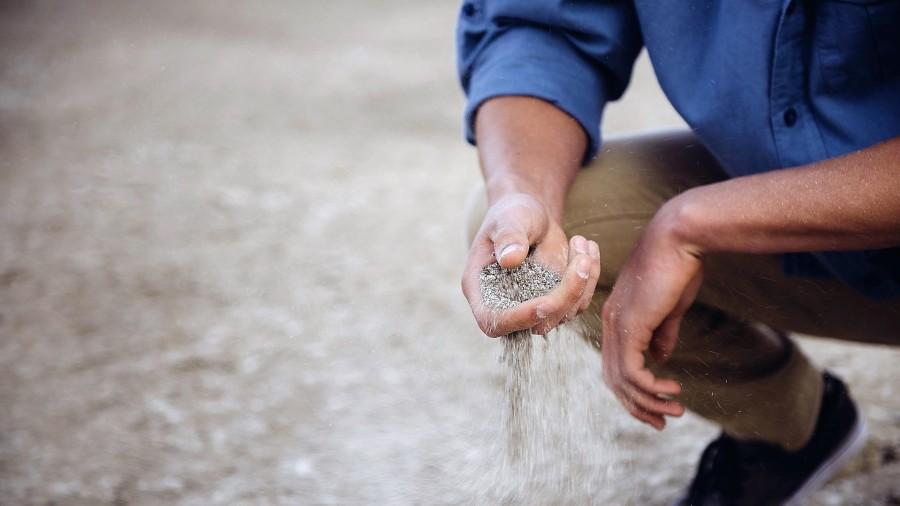 homem-segurando-areia